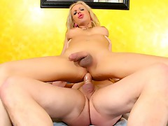 Watch this super sexy blonde tranny pounding a nice ass hole