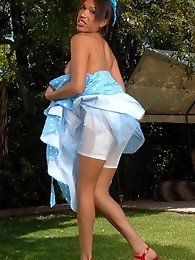 Chocolate pinup girl Aliana Star stripping outdoors